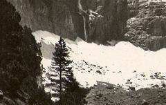 Gavarnie : la Grande Cascade (haut. 422 m.) - Photographie extraite de l'album Mes photos des Pyrénées réalisé par Laurent Duchemin - Centre d'étude du Protestantisme Béarnais - cote 60J239