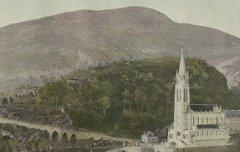 Vue générale de la Basilique de Lourdes – s. d. - Photographie rehaussée à l'aquarelle - Médiathèque André Labarrère Pau – cote 45768R