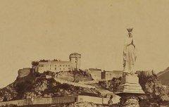 Lourdes : Statue de la Vierge et vieux château - vers 1871 – photographie - Médiathèque André Labarrère Pau – cote PHA131